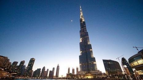 edificioEl Burj Khalifa es el edificio más alto del mundo. Mide 825 metros
