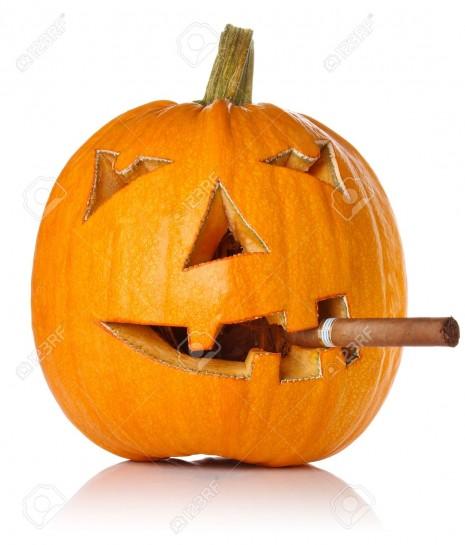 Halloween-Jack-O-Lantern-humo-del-cigarro-aislado-sobre-fondo-blanco-Foto-de-archivo