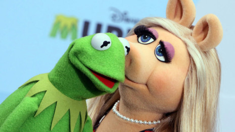 ARCHIV - Die Puppen Miss Piggy und Kermit der Frosch küssen sich am 28.03.2014 bei einem Fototermin in Berlin. Photo by: Stephanie Pilick/picture-alliance/dpa/AP Images
