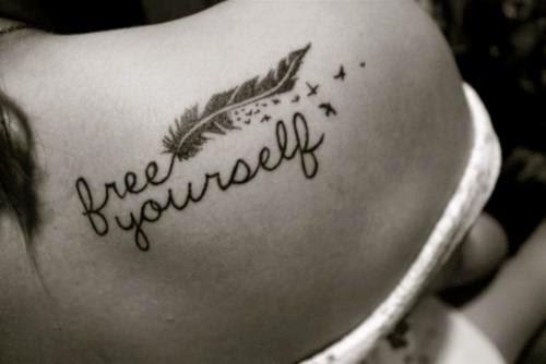 frases-para-tatuajes-para-mujeres-free-yourself-en-espalda